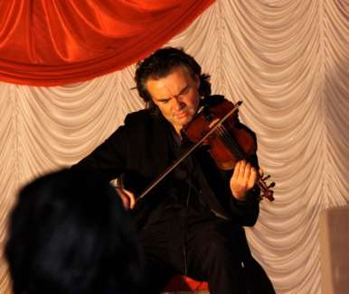 Robert Milner violinist performing on the night - couresty of West Coast Photography