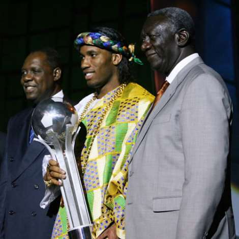Chelsea and Ivory Coast striker Didier Drogba (C) poses with Ghanaian President John Kufuor (R) and the president of the Confederation of African Football 