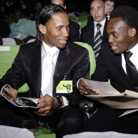 Chelsea and Ivory Coast striker Didier Drogba (L) talks with Chelsea team-mate Michael Essien of Ghana