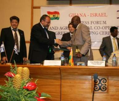 Ghana s Foreign Minister Alhaji Muhammad Mumuni, (right), exchanging the joint Declaration with Mr Avigdor Liberman, Deputy Prime Minister/Foreign Minister of Israel.