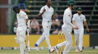 South Africa's Kagiso Rabada (centre) celebrates the wicket of Sri Lanka's Kusal Mendis during the third Test in Johannesburg on January 13, 2017.  By MARCO LONGARI (AFP)
