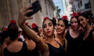 'Selfie wrist' an emerging hazard of digital age