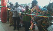 H.E President Akufo Addo cuts the tape to commission the Divisional Police Headquarters, supported by the Omanhene of Techiman and the Brong Ahafo Regiona Minister