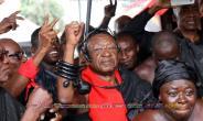 Otumfuor's rep, Nana Brewuo III shows dancing skills at Kofi Annan's funeral