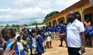 The foundation Director, Eric Nyarko In pose with the kids