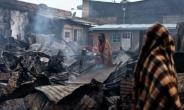 The fire in Nairobi's Kawangware slum began after several groups of young men from different ethnic groups began fighting over Thursday's divisive election.  By Marco LONGARI (AFP)