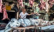 Zinhum Abdelmoneem works at his butchery in Cairo on August 16, 2018, ahead of the annual Muslim Eid al-Adha holiday.  By Khaled DESOUKI (AFP)