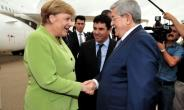 A picture from the Algerian Press Service (APS) shows German Chancellor Angela Merkel meeting Prime Minister Ahmed Ouyahia in Algiers on September 17, 2018.  By Handout (APS/AFP)