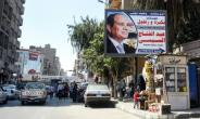 A picture taken on March 20, 2018 shows a large billboard showing a privately sponsored election advertisement supporting Egyptian President Abdel Fattah al-Sisi down a main street in the capital Cairo's northern suburb of Shubra.  By MOHAMED EL-SHAHED (AFP)
