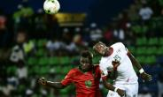 Burkina Faso's forward Bertrand Traore (R) challenges Guinea-Bissau's forward Piqueti during the 2017 Africa Cup of Nations group A football match between Guinea-Bissau and Burkina Faso in Franceville on January 22, 2017.  By KHALED DESOUKI (AFP)
