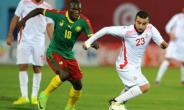 Cameroon's Vincent Aboubakar (L) vies with Tunisia's Naim Sliti (R) during their match on March 24, 2017 at the Ben Jannet stadium in Monastir.  By SALAH HABIBI (AFP)