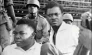 Congolese soldiers guard Patrice Lumumba (r) upon his arrest in November 1960.  By - (AFP/File)