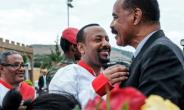 Ethiopia's Prime Minister Abiy Ahmed (C) welcomes Eritrean President Isaias Afwerki at Gondar airport.  By EDUARDO SOTERAS (AFP)