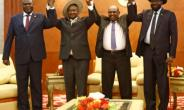 From left to right, South Sudan opposition leader Riek Machar, Ugandan President Yoweri Museveni, Sudanese President Omar al-Bashir and South Sudanese President Salva Kiir at peace talks in khartoum.  By ASHRAF SHAZLY (AFP)