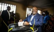 Gabonese President Ali Bongo casts his vote at a polling station in Libreville during the presidential election on August 27, 2016.  By Marco Longari (AFP)