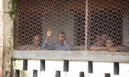 Inmates at Mafanta prison in Magburaka. Over-crowding, poor hygiene and jungle-like violence are chronic problems in Sierra Leone's prison system, say detainees.  By Saidu BAH (AFP)