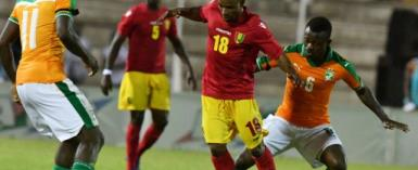 Ivory Coast's Jean Michael Seri (R) and Franck Kessie (L) fight for the ball with Guinea's Seydouba Soumah (C)  during the 2019 Africa Cup of Nations qualifying football match June 10, 2017.  By ISSOUF SANOGO (AFP)