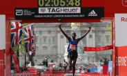 Kenya's Daniel Wanjiru wins the Men's race at the London marathon on April 23, 2017.  By Adrian DENNIS (AFP)