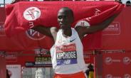 Kenya's Eliud Kipchoge celebrates after winning the men's race at the 2018 London Marathon.  By Daniel LEAL-OLIVAS (AFP)