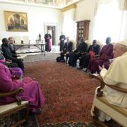 Le pape François reçoit une délégation du Conseil des Eglises du Sud-Soudan au Vatican le 23 mars 2018.  By HO (OSSERVATORE ROMANO/AFP)