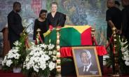 Nane Maria, the widow of former UN chief Kofi Annan, stands in front of his coffin in Accra on September 12.  By Ruth McDowall (AFP)