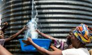New Congolese refugees get water from a tank at a refugee settlement in Kyangwali, Uganda, on February 16, 2018.  By SUMY SADURNI (AFP/File)