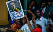 On arrival back in Harare, Emmerson Mnangagwa was treated to a hero's welcome ahead of his inauguration as Zimbabwe's president on Friday.  By Jekesai NJIKIZANA (AFP)