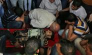 Palestinian mourners gather around the body of a man who was killed during a protest at the Israel-Gaza border on May 14, 2018, during his funeral at a mosque in Khan Yunis in the southern Gaza Strip.  By SAID KHATIB (AFP)