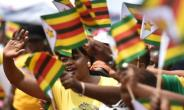 People react as Zimbabwe's new President Emmerson Mnangagwa is officially sworn-in during a ceremony in Harare.  By TONY KARUMBA (AFP)