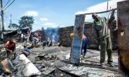 Residents of Nairobi's Kibera slum clean up a shop that was burned down during clashes after President Uhuru Kenyatta was declared the winner of last week's protest-hit election.  By PATRICK MEINHARDT (AFP)