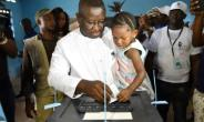 Sierra Leone's people party presidential candidate former general Julius Maada Bio casts his ballot at the polling station in Freetown on March 31, 2018 during Sierra Leone presidential run-off.  By ISSOUF SANOGO (AFP/File)