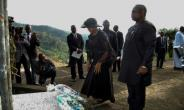 Sierra Leone's President Julius Maada Bio (R) and his wife Fatima Bio lay flowers at the commemoration site for the victims of the 2017 mudslide in Freetown.  By Saidu BAH (AFP)