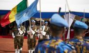 Soldiers hold the UN and Malian flags during a Peacekeepers' Day ceremony at the operating base of MINUSMA, the UN's mission in Mali, on May 28, 2018.  By Michele CATTANI (AFP/File)