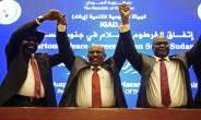 Sudan's President Omar al-Bashir raises the hands of South Sudan's President Salva Kiir  (l) and South Sudanese rebel leader Riek Machar (r) after the two arch-foes agreed in Khartoum on June 27 to a 'permanent' ceasefire to take effect within 72 hours.  By ASHRAF SHAZLY (AFP)