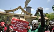 Supporters of President Uhuru Kenyatta disagree with Kenya's Supreme Court ruling which annulled his election victory.  By TONY KARUMBA (AFP)