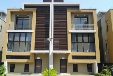 4 bedroom with roof top pool and inbuilt lift