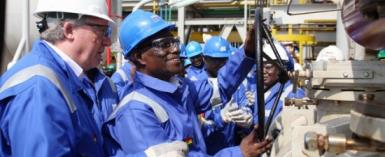 Keith Mutimer (Tullow) with President John Evans Atta Mills opening the valve for First Oil on the Jubilee field